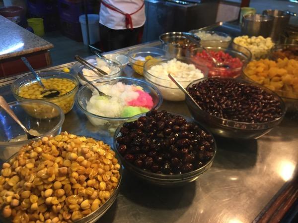 タイのローカルデザート白クワイとココナッツミルクの氷菓子タプティムグロープの具