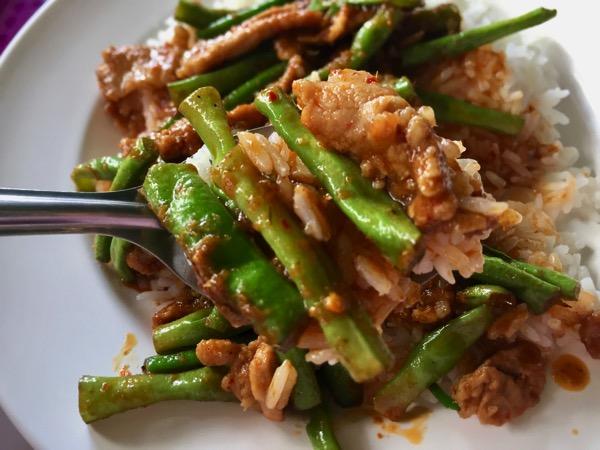 豚肉とインゲンのレッドカレー炒め|カオラードパットプリックゲーントア 1