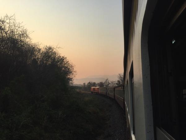 タイ国鉄の列車の窓からみる朝焼け