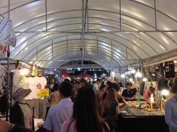チェンマイで10代女子が集まる若者に特化したナイトマーケット