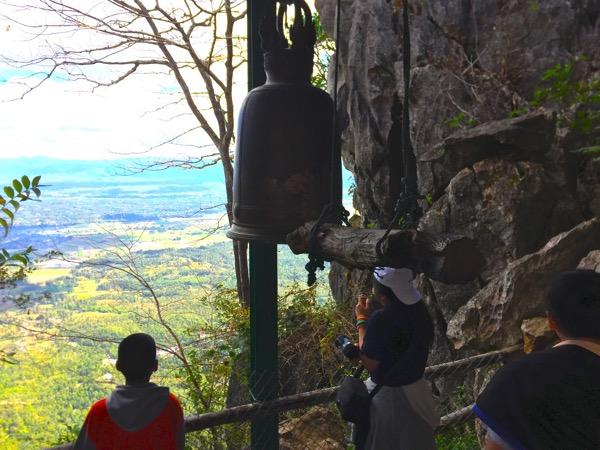 ワットプラプッタバートプーパーデーンの頂上の釣鐘