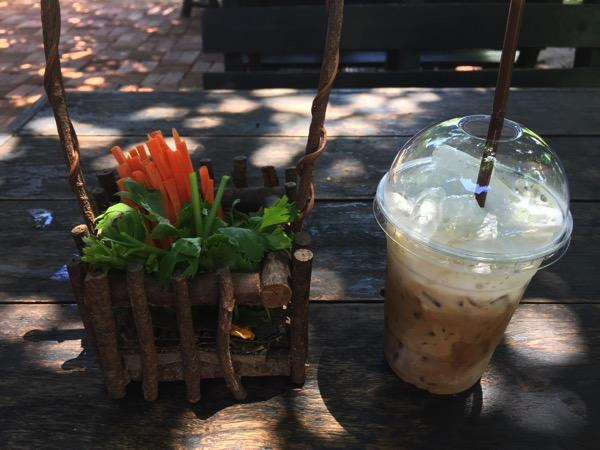チェンマイのうさぎカフェで注文したおうさぎのおやつとラテ