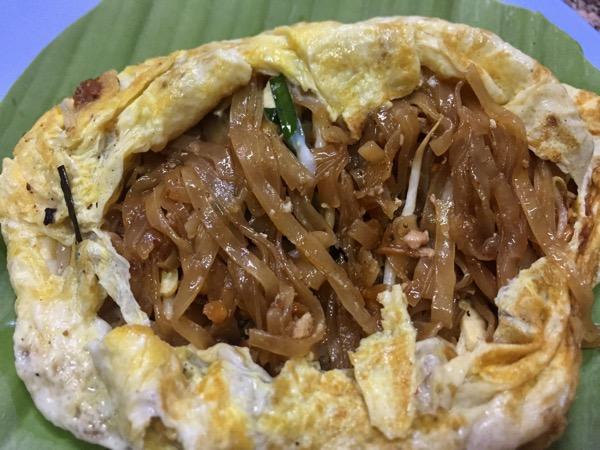 チェンマイのパッタハーロットターペーのオムレットのパッタイの麺
