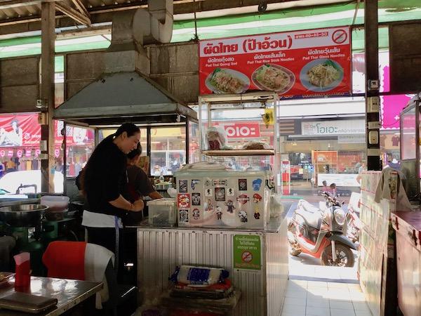 タニン市場のパッタイ屋