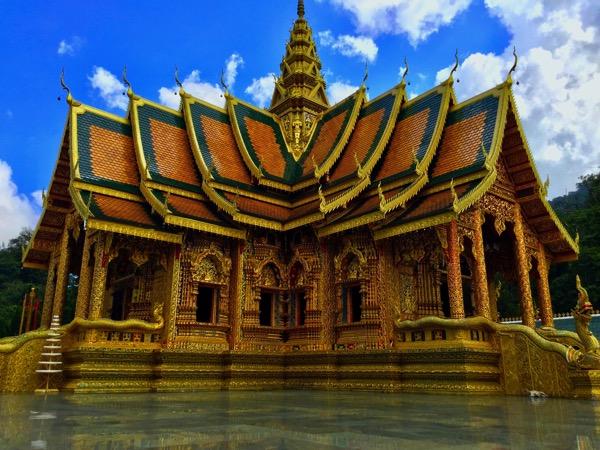 チェンマイで異彩を放つお寺はツーリングに最高のロケーション