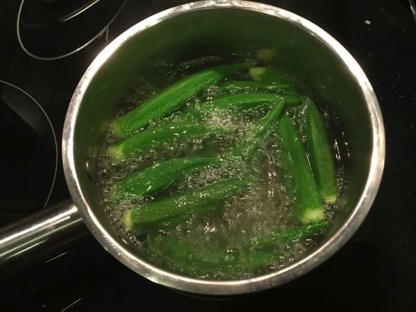 沸騰したお湯に塩をつけたままのオクラを入れ10秒ボイル