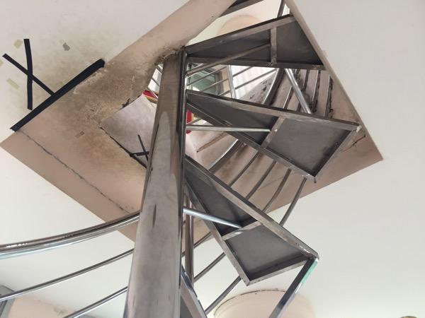 チェンライ県ワットフアイプラガン9階へ登る階段