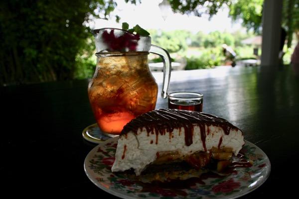 チェンライのChivit Thamma Da Coffeeのバナナケーキとローズティー