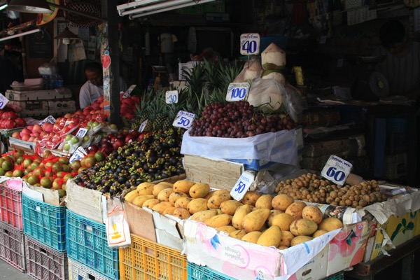 トンラムヤイ市場の新鮮なフルーツ
