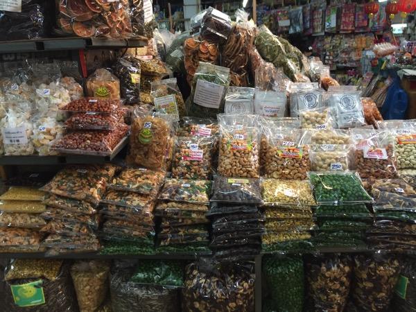 チェンマイのトンラムヤイ市場の乾き物売り場