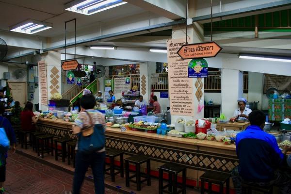 ワローロット市場半地下の食堂