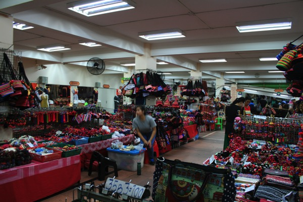 ワローロット市場半地下のモン族グッツのお店