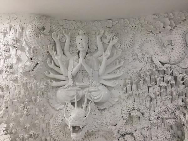 チェンライ県ワットフアイプラガンの観音像の23階の彫刻 2