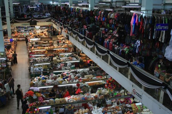 チェンマイのトンラムヤイ市場二階のカバン売り場