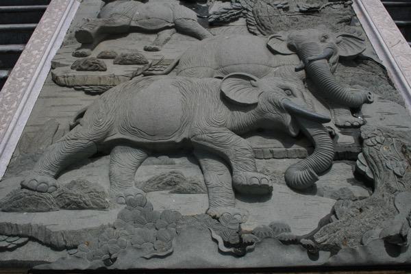 チェンライのワットムアンプッタメータークンナラムの階段の石の彫刻