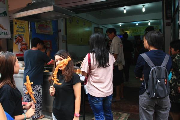 トンラムヤイ市場脇には竜の揚げパン