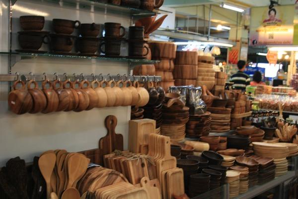 チェンマイのトンラムヤイ市場の木製食器売り場