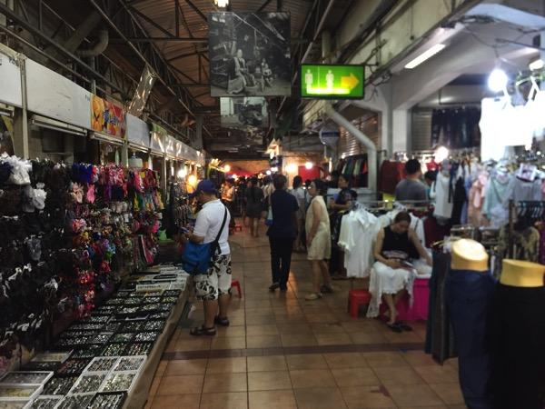 夜のワローローット市場の洋服売り場 2