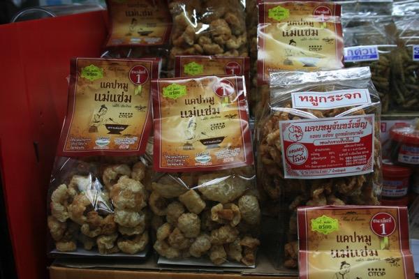 チェンマイのワローローット市場で売っているチェンマイの特産品の豚の皮のフライ