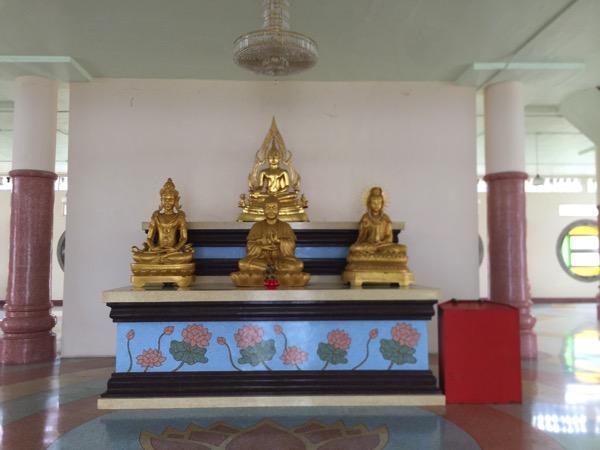 チェンライのワットムアンプッタメータークンナラムの弥勒如来三尊