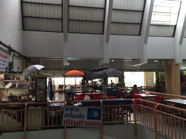 チェンマイのワローローット市場3階の食堂