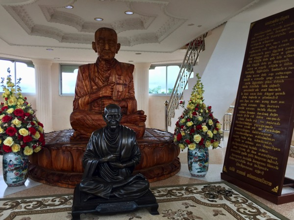 チェンライ県ワットフアイプラガン6階のルアンプハット像