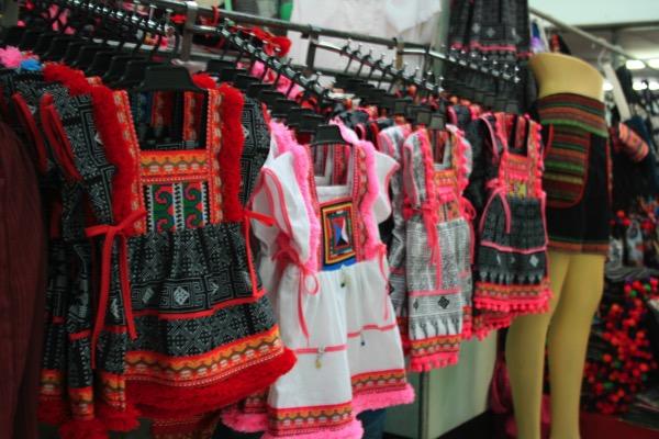 チェンマイのトンラムヤイ市場二階の民族衣裳売り場