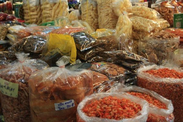 チェンマイのトンラムヤイ市場の乾物売り場