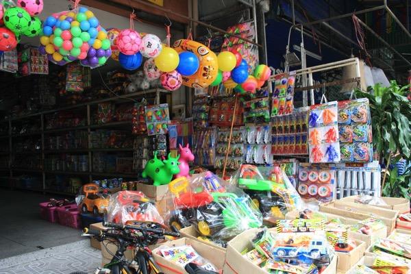 チェンマイのナワラット市場のおもちゃ屋