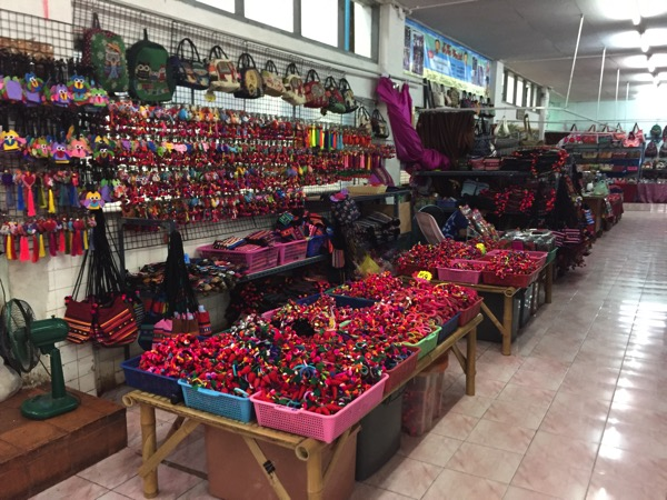 チェンマイのトンラムヤイ市場二階のモン族雑貨