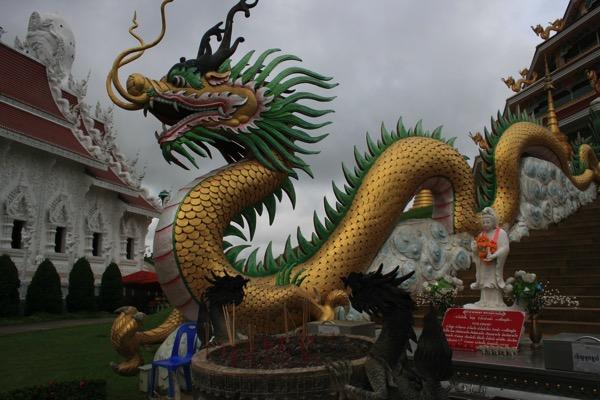 チェンライ県にあるWat Huay Plakang 9 Tier Templeの階段の龍 2