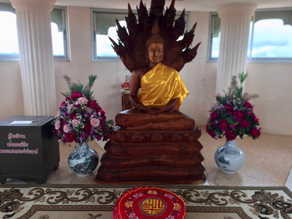 チェンライ県ワットフアイプラガン7階のナーガ上の仏陀坐像