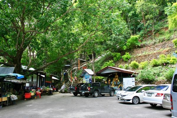 ムアンオン洞窟の売店と駐車場