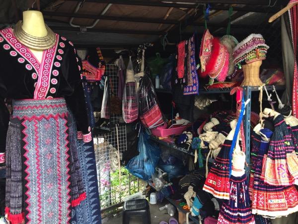 モン族市場の民族衣裳