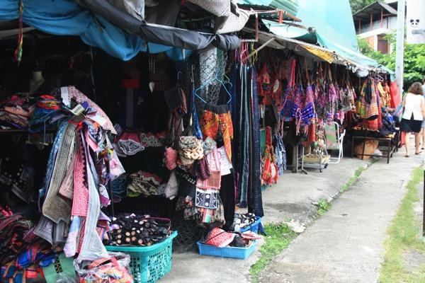 チャンモイタットマイ通りのモン族ショップ