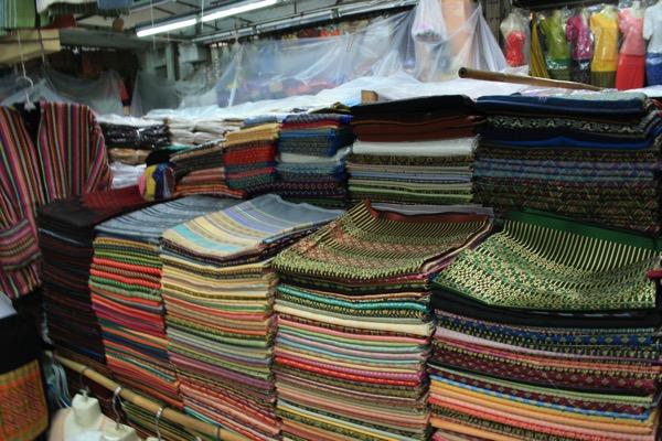 チェンマイのワローローット市場二階の生地売り場 1JPG