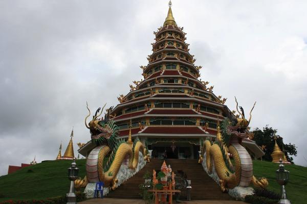 チェンライ県にあるWat Huay Plakang 9 Tier Templeの階段の龍 1