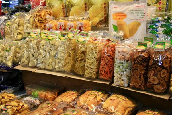 チェンマイのワローローット市場一階のドライフルーツ売り場