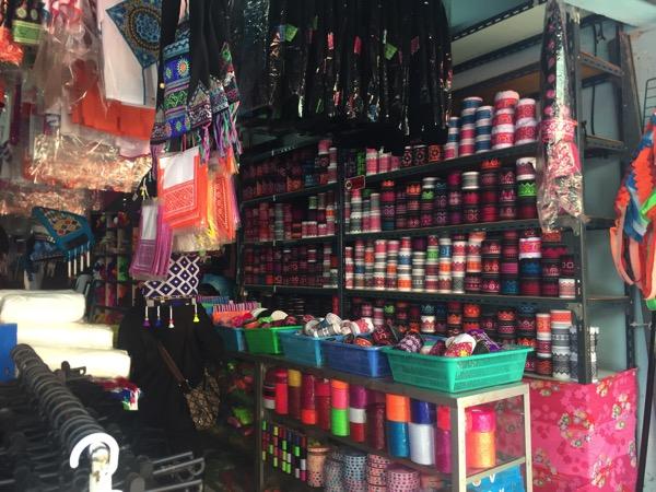 モン族の民族衣装に使われる刺繍のリボンテープ