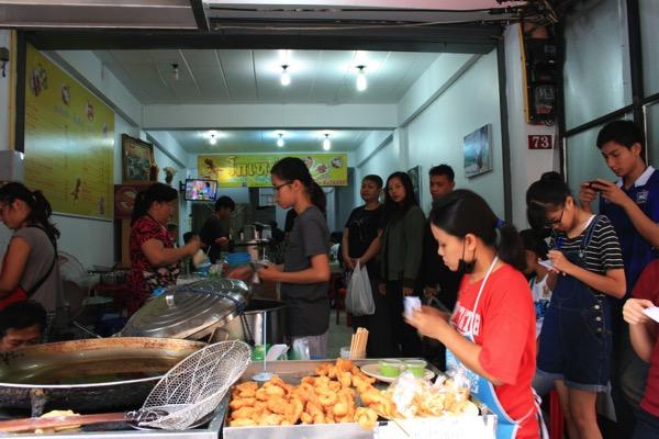 トンラムヤイ市場脇には揚げパン