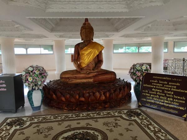 チェンライ県ワットフアイプラガン4階のチャチューンサオ県のSothon仏のレプリカ