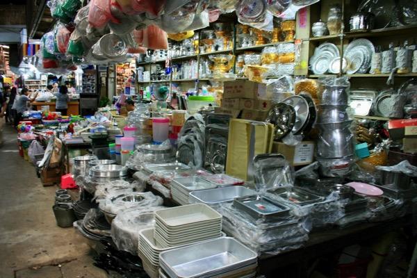 チェンマイのトンラムヤイ市場のキッチン用品 1