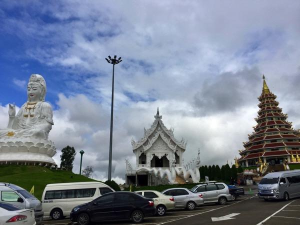 チェンライ県ワットフアイプラガンの本堂と観音像と9重塔