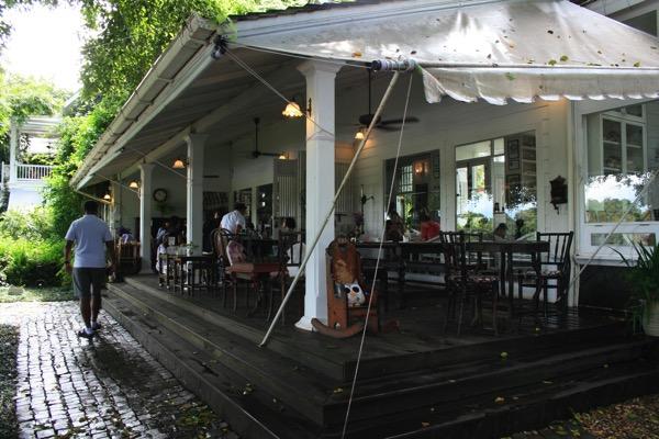 チェンライのChivit Thamma Da Coffeeの屋根付きテラス席