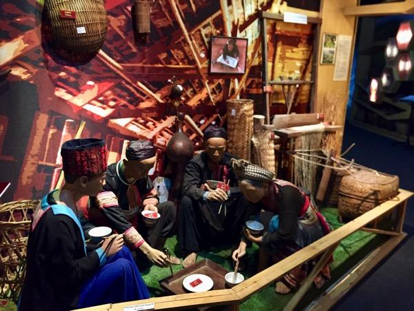 山岳民族博物館のモン族のレプリカ