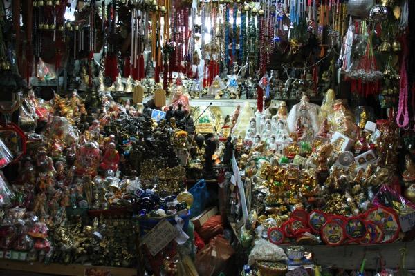 チェンマイのワローローット市場一階の仏像のレプリカ売り場