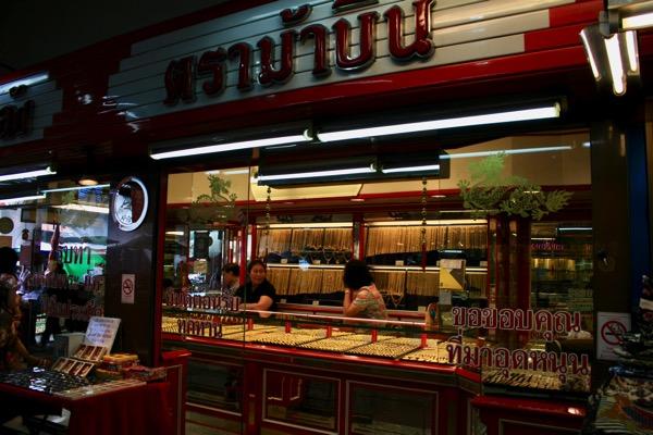 チェンマイのワローローット市場一階の金売り場