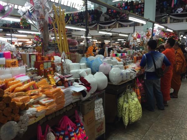 チェンマイのトンラムヤイ市場のお参りセット売り場