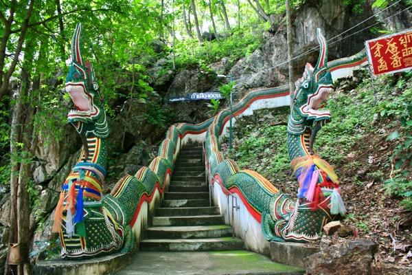 ムアンオン洞窟の階段