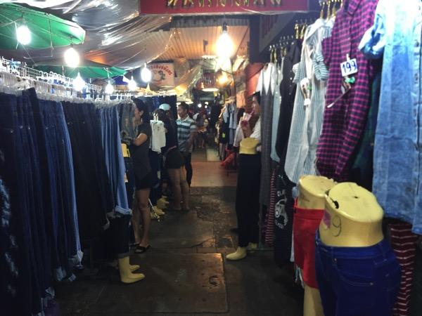 夜のワローローット市場の洋服売り場 1